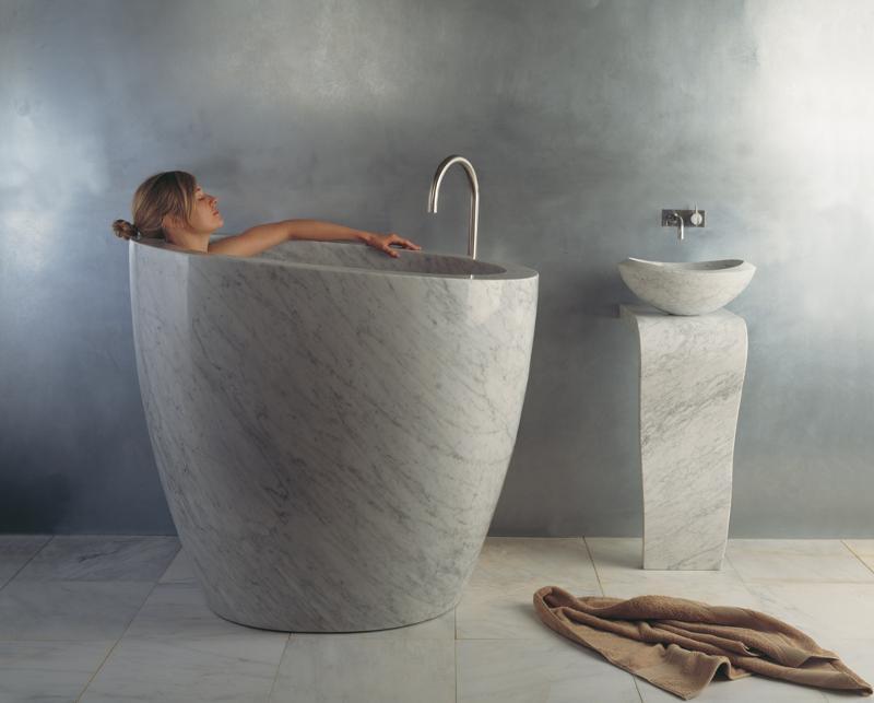eau soaking tub with model