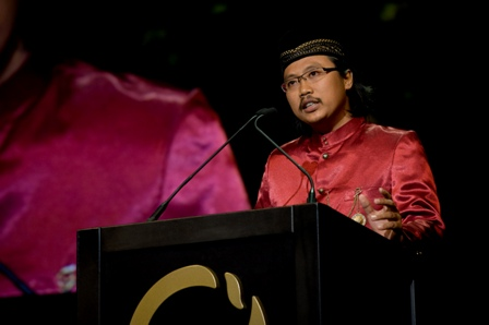 Prigi Arisandi speaks at Goldman Environmental Prize ceremony.