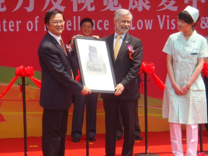 Dr. Heath presents gift to Dr. Qu Jia