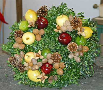 Jef Naunchik teaches how to create beautiful della robbia wreaths.