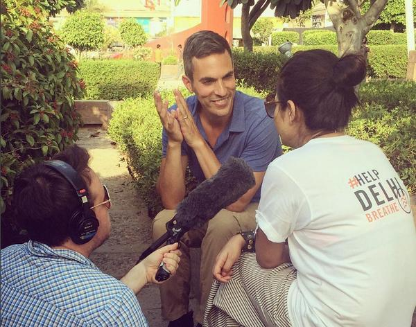 Ari Shapiro interviews Indian woman wearing #letDelhibreathe shirt