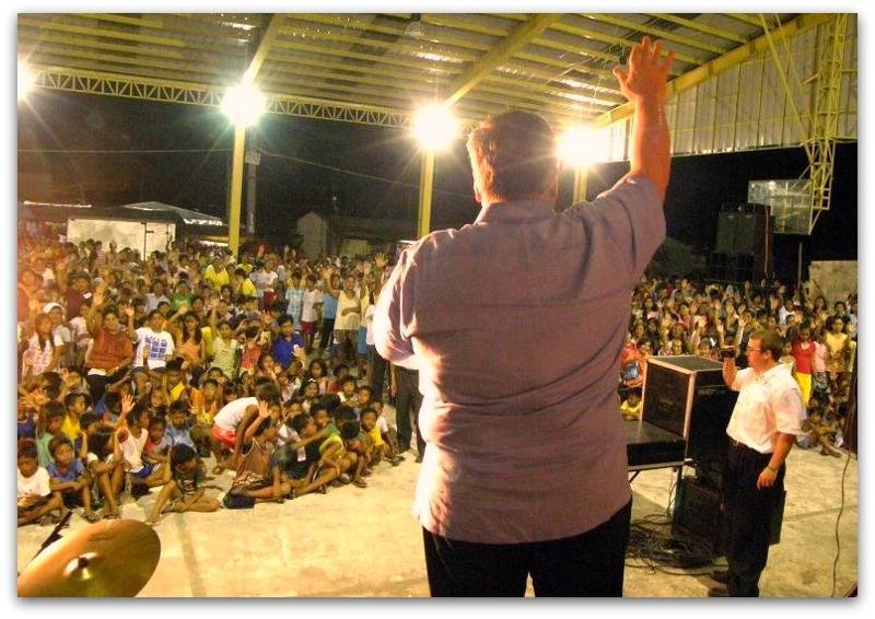 David Stockwell preaching the Gospel, crusade crowd responds, Laguna, Philippines