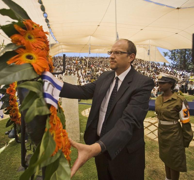 Rabbi Tzvi Graetz lays a wreath