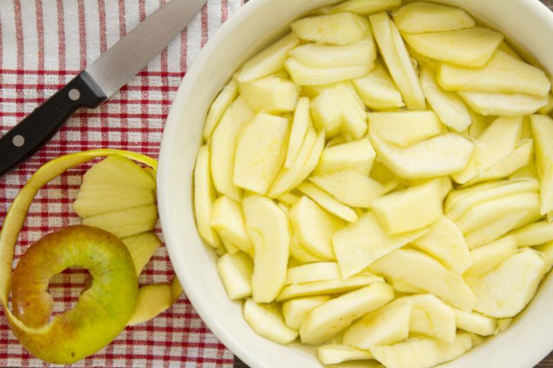 slided_apples_peel.jpg