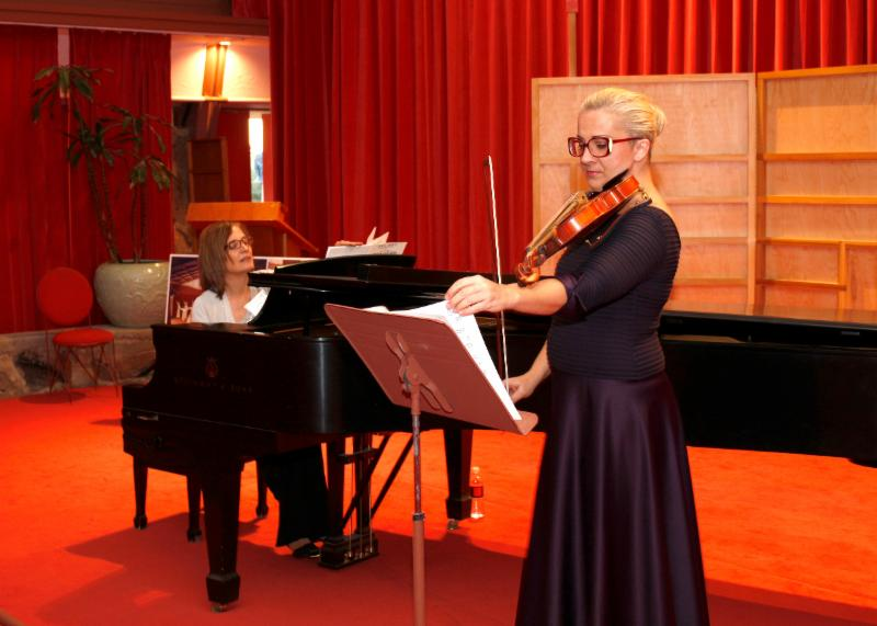 Lynne Haeseler and Dagmara Hobbs perform at