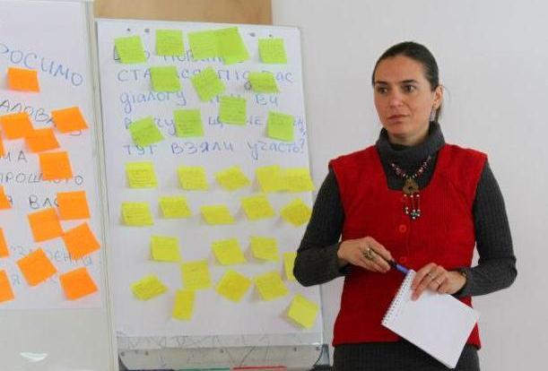 Diana Damsa facilitates a dialogue