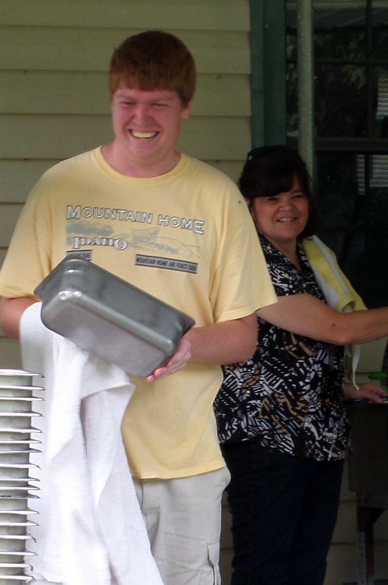 Volunteers washing bowls