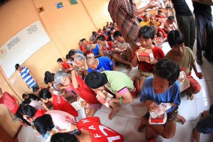 Indonesia - kids eating