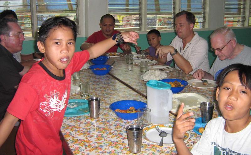 FM Philippines Street children w SMs