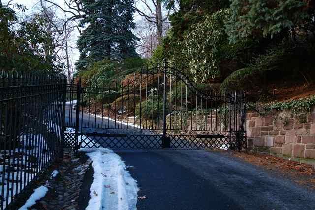 uphill gate