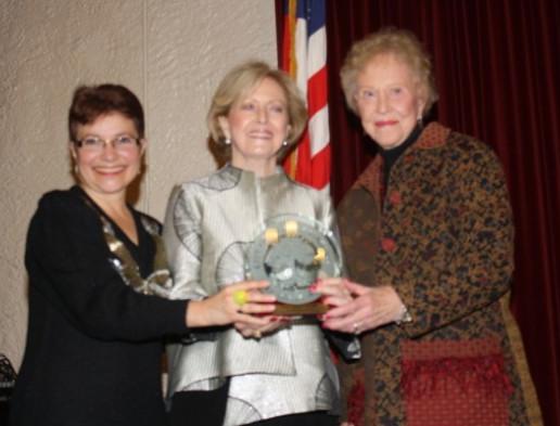 Picture of Mayor Diana Mahmud giving the 2015 Image award to representatives of South Pasadena Beautiful