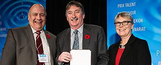 Dr. Gary Kachanoski, Ted Hewitt et gangant du medal d'or Beverley Diamond
