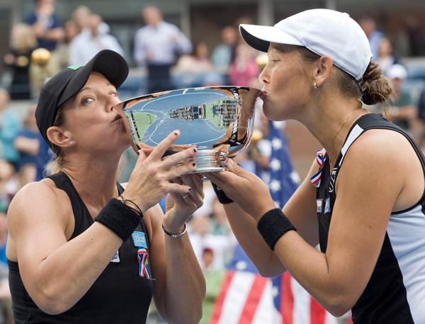 Lisa Liezel kiss trophy