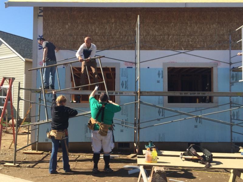 Umpqua Bank Builds with Habitat