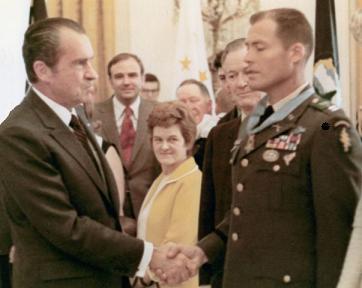 Howard recieves MOH from Nixon
