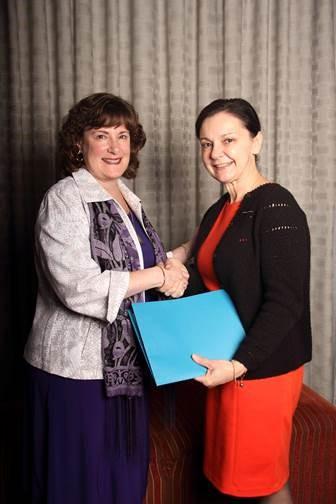 Gail Belchior receives certification from OAFM President, Lorraine Bortolussia