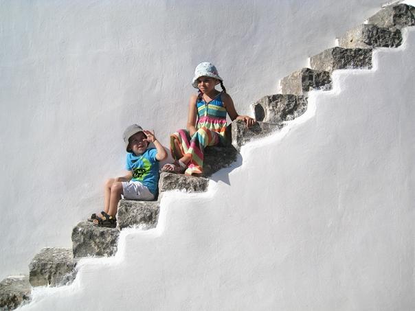 Markus Pesendorfer - Noah & Leonie on the Trulli steps