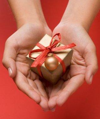 womenshandsholdingchristmasgift