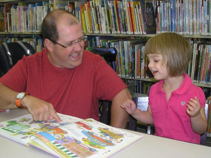 girl&dad reading