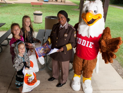 Eddie Eagle with kids and their School Resource Officer