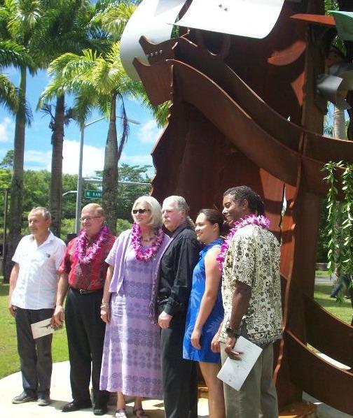 UHH statue_group photo