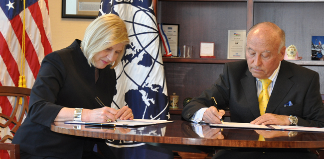 USTDA Director Zak and CAF Executive President & CEO Garcia sign the MOU.