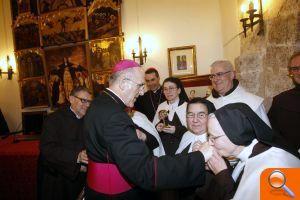 Bishop Osoro  greets Carmelites of Serra