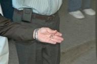 Cesar Carrion con la llave del Hospital. Acercamiento a la mano