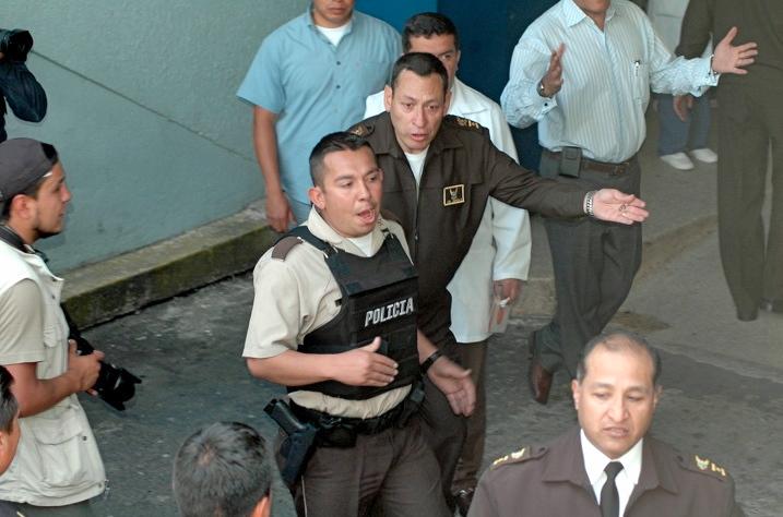 Cesar Carrion con la llave del Hospital