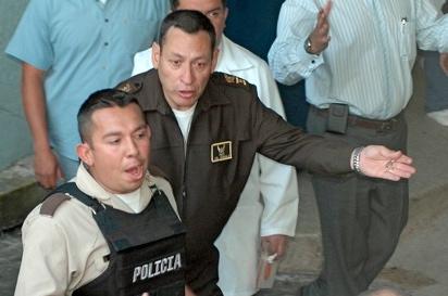 Cesar Carrion con la llave del Hospital. Acercamiento