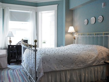 King-bedded guestroom at The Red Lion Inn