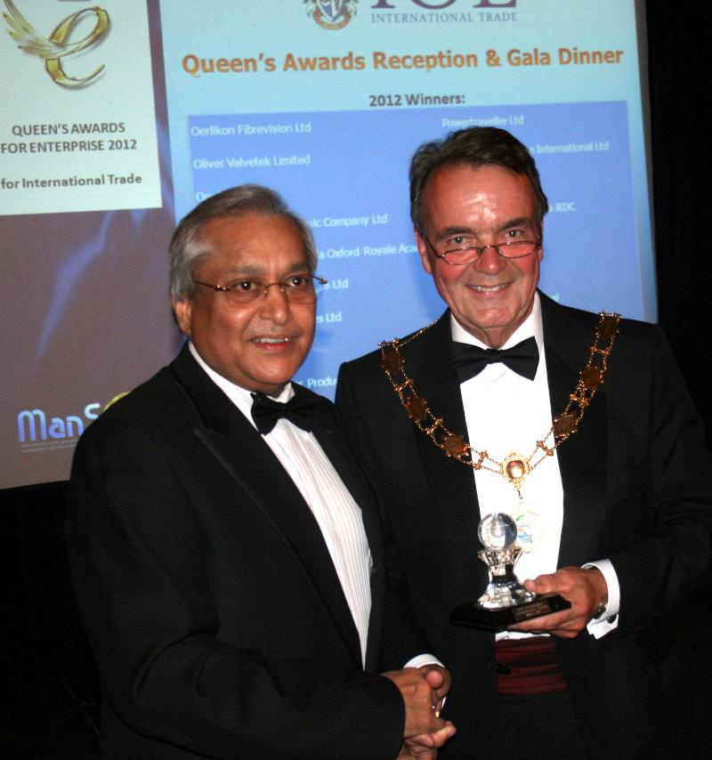 Rami Ranger of Sun Mark Group in UK receiving award