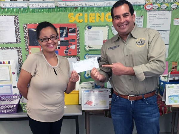 Jeff Moss, SAFE member and National CFI of the Year, presented a 2014 SAFE Teachers Grants to Sonya Williams, a 4th grade teacher in Los Angeles, CA.