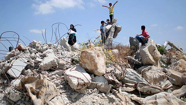 Palestinian children paying in rubble