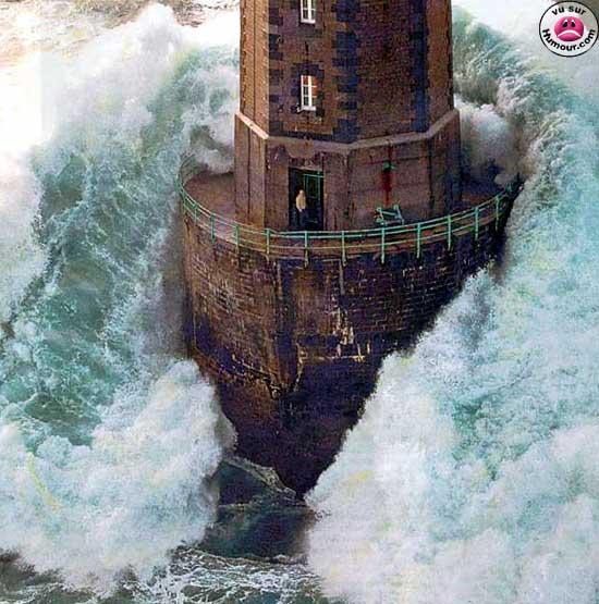 Lighthouse w wave