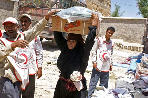 Yemeni Red Crescent distributes items to displaced people in Khaiwan Medina