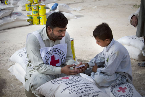 Pakistan: ICRC distributes food to flood victims.