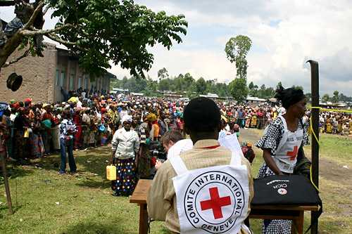 Kibati camp. ICRC staff organize distribution of food to displaced.