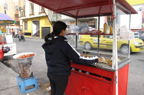 Sandra at her hot-dog stand. � ICRC / �. Ord��ez