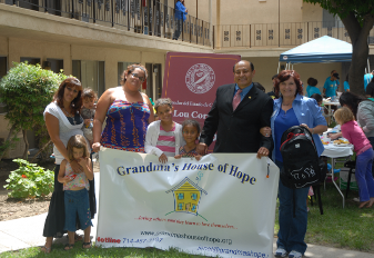 Je'net and Senator Lou Correa with parents and children at the outreach event.