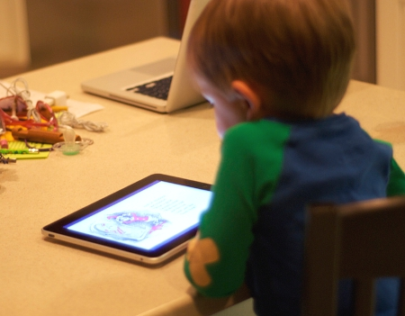 child at ipad