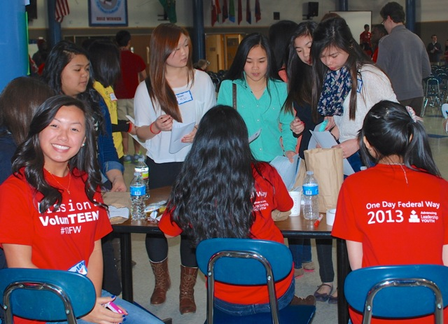 ALY '13 helps students with volunteer info