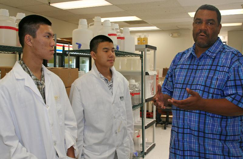 Oscar Blackwell with Ygnacio students