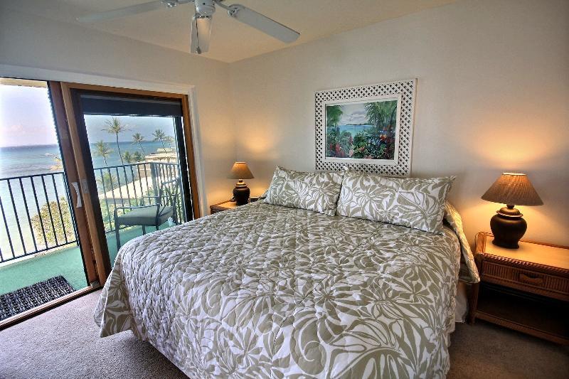Hololani A604 - master bedroom with lanai