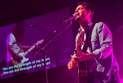 Brenton Brown performs at CMS at The Chapel
